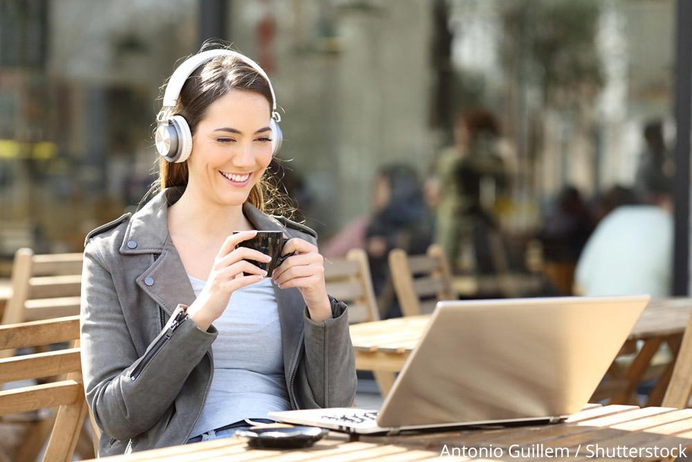 Frau schaut Livestream am Laptop (Bild: Antonio Guillem / Shutterstock)